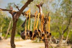 Stia con i mestoli di legno fatti a mano fatti dalla noce di cocco Immagini Stock