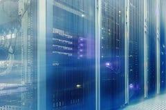 Stia con l'hardware e l'illuminazione del server nel mosso della stanza del server Fotografie Stock