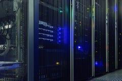 Stia con l'hardware e l'illuminazione del server nella stanza del server Fotografia Stock Libera da Diritti
