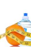 Stia il concetto a dieta di perdita di peso con l'arancio di misura di nastro Immagini Stock Libere da Diritti
