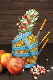 Stia l'alimento a dieta Ananas maturo e nastro di misurazione su un fondo di legno Pillole e integratori alimentari Per voi Immagini Stock