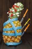 Stia l'alimento a dieta Ananas maturo e nastro di misurazione su un fondo di legno Pillole e integratori alimentari Per voi Immagine Stock Libera da Diritti