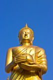 Stia la statua dorata di Buddha sul cielo in Tailandia immagini stock