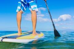 Stia sulla pagaia che pratica il surfing in Hawai Immagine Stock