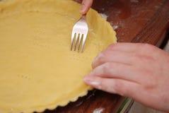 Stichel-Blätterteig-Basis mit Gabel Herstellung des Nachtischs: Zitronen-Torte Küchentisch Männer kocht Selbst gemachte Nahrung lizenzfreies stockfoto
