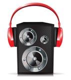 Stichhaltiger Lautsprecher mit roten Kopfhörern Lizenzfreie Stockfotografie