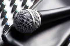 Stichhaltiger Mischer mit einem Mikrofon Lizenzfreie Stockfotos