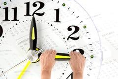 stichtag Hand, die zur Endzeit versucht Vector moderne Illustration in der flachen Art mit der männlichen Hand, die Stoppuhr hält Stockfotografie