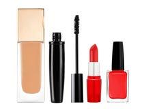 Stichting, mascara, lippenstift en nagellak op wit wordt geïsoleerd dat stock afbeelding