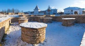 Stichtingen van middeleeuwse kerken van de Dovmont-stad in Pskov stock fotografie