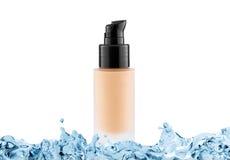 Stichtings kosmetische glazen buis met exemplaarruimte in waterplons, toonroom Stock Afbeelding