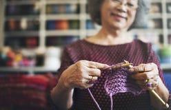 Sticka begrepp för halsduk för hantverk för handarbete för rät maskavisargarn Arkivbilder