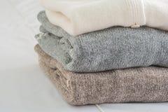 Sticka tröjan och den kalla luften royaltyfri foto