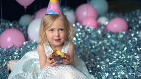 Stickande födelsedagkaka för härlig lycklig liten flicka se kameran arkivfilmer