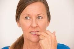 Stickande finger för nervös mogen kvinna fotografering för bildbyråer