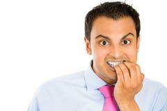 Stickande fingernaglar för nervös och stressad man arkivfoto