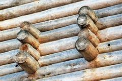 Stickande fram beståndsdelar av ett träblockhus och dess väggar Royaltyfri Foto