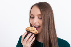 Stickande muffin för flicka Fotografering för Bildbyråer