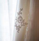 Stickerei auf einem Hochzeitskleid Stockbild