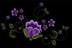 Stickerei, Blumenverzierung, Fantasie blüht, Modedekor, Stiftwerkzeugabgehobener betrag Stockfotografie