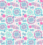 stickerei Dekoratives nahtloses Blumenmuster Retro- Hintergrund mit Blumen, Herzen und Schmetterlingen Stockbilder