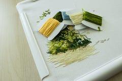 Stickerei in den natürlichen Farben und ein Satz Threads für Stickerei Selektiver Fokus Stockfotos