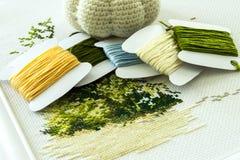 Stickerei in den natürlichen Farben und ein Satz Threads für Stickerei Selektiver Fokus Lizenzfreies Stockbild