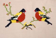 Stickerei durch Kreuzstichmustervögel stockfotos