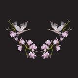 Stickereiausschnitt mit Blumen und Kran auf schwarzem Hintergrund lizenzfreie abbildung