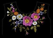 Stickereibuntes Blumenmuster mit Heckenrosen und vergessen mich nicht Blumen Vector traditionelle Volksmodeverzierung auf schwarz Lizenzfreie Stockbilder