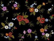 Stickereibuntes Blumenmuster mit Heckenrosen und vergessen mich nicht Blumen Vektortraditionelle Volksmodeverzierung an Stockfotografie