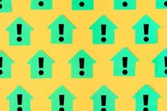 Stickers in de vorm van huizen op een gele achtergrond Op groene kleverige nota's zijn getrokken uitroeptekens Mooi vector illustratie