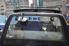 Stickers met Che Guevara door auto in La Paz Stock Afbeeldingen