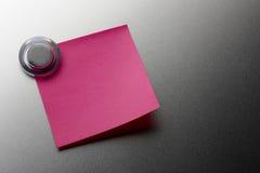 Stickie rosado en blanco Imagenes de archivo