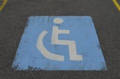 Stickman blanco de la silla de ruedas en fondo azul Fotos de archivo