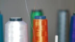 Stickmaschinedetail-Textilspinnen stock video footage