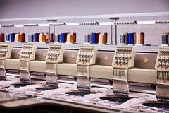 Stickmaschinen auf der Fabrik Stickereiausrüstung stockfotografie