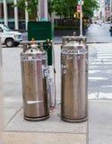 Stickstoff-Behälter in New York City durch die Straße Stockfotografie