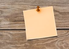 Sticky Note against a wood background Royalty Free Stock Images