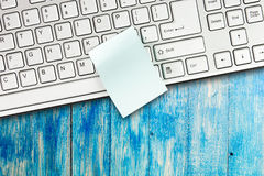 Sticky note is on the computer keyboard Royalty Free Stock Photos