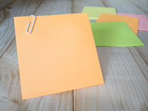 Sticky note and paper clip 9 Royalty Free Stock Photography