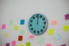 Sticky notes with clock on wall Royalty Free Stock Photography