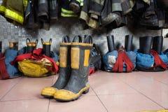 Stiefel auf Boden an der Feuerwache Stockbild
