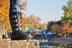 Stiefel auf dem Fluss lizenzfreie stockfotos