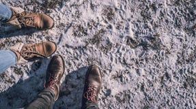 Stiefel auf dem Schnee Stockfotos