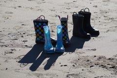Stiefel auf dem Strand Lizenzfreies Stockbild