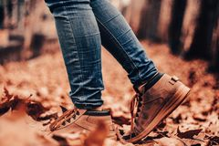 Stiefel auf einem Weg von Blättern, Herbst lizenzfreie stockbilder