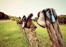 Stiefel auf einem Zaun Lizenzfreies Stockfoto
