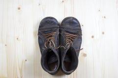 Stiefel auf flachem Kiefernholz 2 Lizenzfreie Stockfotografie
