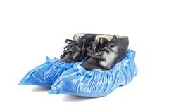 Stiefel in den blauen Schuhabdeckungen stockfotografie